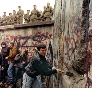 Bringing down the Berlin Wall (1989)